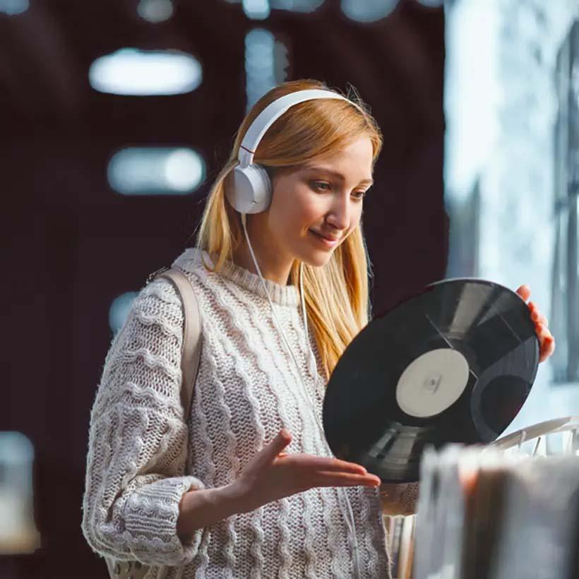 Podłącz słuchawki do gramofonu